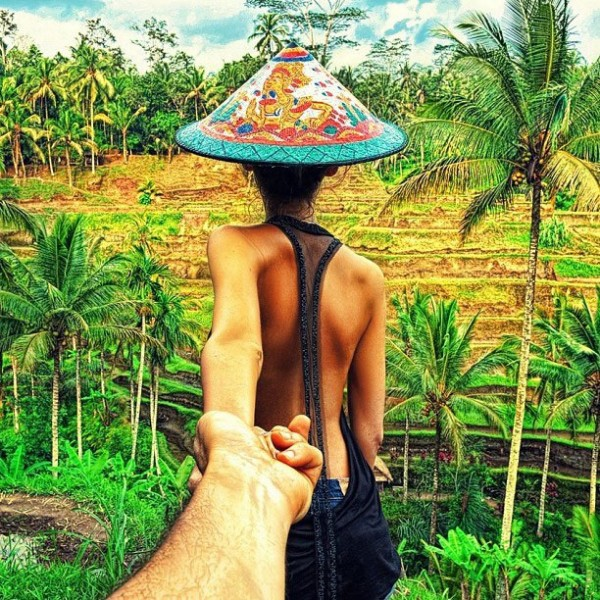 photographer-follows-girlfriend-around-the-world-holding-hand-photo-series-2