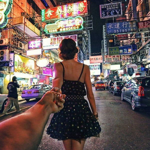 photographer-follows-girlfriend-around-the-world-holding-hand-photo-series-6